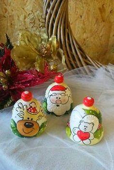 ceramica come mestiere: Campanelle in ceramica con soggetti natalizi.