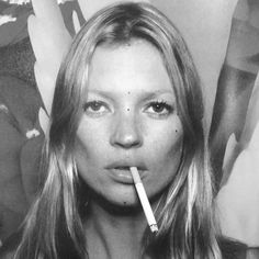 black and white + photography + Kate Moss Women Smoking, Girl Smoking, Le Smoking, 90s Grunge, Claudia Schiffer, Fashion Kids, Kate Moss Smoking, Marc Quinn, Heroin Chic