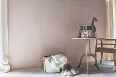 Couleur #FlamantbyTollens 2018 : DELICIOSO - Évoquant une douceur sucrée, Delicioso est un irrésistible rose teinté de mauve. Il est de toute évidence, le coloris délicat dédié aux ambiances féminines. Mais on pourra également lui associer des bruns et des verts naturels, tels que Boa, Murano et Cathédrale, pour un décor bucolique et enchanteur. Il rejoint tous les roses frais de la gamme, dans la grande tendance bohème et branchée du moment qui les associe au design nordique contemporain.
