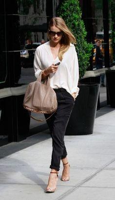 Bílá košile, tělové boty a kabelka velmi stylové !