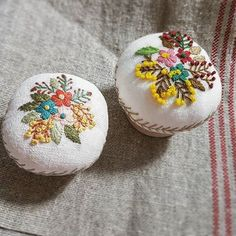 Needle Cushion, Tambour Embroidery, Needle Case, Cute Pins, Pin Cushions, Art Lessons, Diy And Crafts, Projects To Try, Stitch