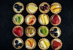 24 Mini Tartaletas de frutas frescas More (mini fruit tarts wedding) Mini Tartlets, Fruit Tartlets, Mini Fruit Tarts, Mini Desserts, Wedding Desserts, Finger Desserts, Christmas Buffet, Christmas Desserts, Christmas Finger Foods