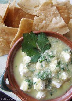 Esta receta puede ser para botanear con totopos o como una cena ligera. Son cuadros de queso panela en una salsa verde con cilantro y jalapeño.