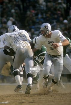 Quarterback Daryle Lamonica of the Oakland Raiders hands the ball off to running back Hewritt Dixon against the New York Jets during an NFL football game December 1970 at Shea Stadium in the. Nfl Raiders, Oakland Raiders Football, Raiders Baby, Nfl Football Games, Nfl Football Players, Football Photos, Football Boys, Raiders Quarterback, Raiders Stuff