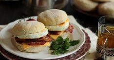 Az angol muffin tulajdonképpen egy lapos zsömle. Remek péksütemény alap, sült baconnel, tükörtojással töltve kiadós ... Muffin, Hamburger, Bacon, English, Cake, Ethnic Recipes, Food, Kuchen, Essen