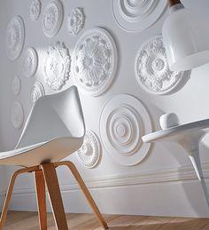 Rosaces murales On détourne la rosace de son utilisation première, au plafond, pour la positionner sur les murs. Une belle idée de détournement ! http://www.castorama.fr/store/pages/idees-decoration-facile-donner-du-cachet.html