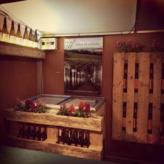 Un uso más de los palés, esta vez para almacenar los vinos en un pequeño stand de feria, ¿trasladable a casa? https://www.facebook.com/photo.php?fbid=515974285202556