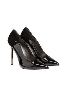 Ein solches Paar Schuhe sollte jede Frau in Ihrem Schuhschrank haben - schwarze, hohe Pumps mit spitzer Form passen einfach zu jedem Ausgeh-Look von Skinny Jeans bis Cocktailkleid. - schwarz von VERSACE JEANS bei OUTLETCITY.COM bestellen.