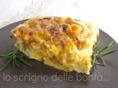 Le lasagne con zucca e salsiccia sono un primo piatto gustoso perfetto da preparare in questo periodo autunnale; saporite ma allo stesso tempo delicate grazie proprio all'abbinamento della sapidità della salsiccia con la dolcezza della zucca.