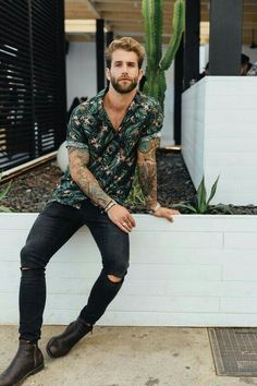 If you're looking for mens college fashion and outfit ideas, this college guy clothing is what your wardrobe needs. These cool clothes and brands for men are popular if you have no idea what to wear… Men With Street Style, Men Street, Men With Style, Mens College Fashion, Men Summer Fashion, Style Masculin, Herren Style, Moda Blog, Look Man