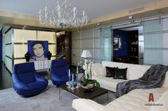 Interior design apartments in a modern style with decor in blue (14 photos) #interior #design #apartment #interiordesign #homedeсor | Дизайн интерьера квартира в современном стиле  с декором в синих тонах (14 фото) - Фото интерьера гостиной двухуровневой квартиры в современном стиле