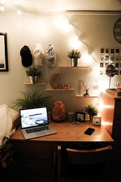 College dorm rooms you need to copy. These college dorm rooms are perfect for your freshman year. Copy these ideas for the best Freshman year! Cozy Dorm Room, Uni Room, Cute Dorm Rooms, Dorm Room Desk, Indie Dorm Room, Dorm Desk Decor, Dorm Room Shelves, Girl Dorm Decor, Dorm Room Storage