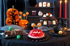 Cake party with scary factor Halloween Desserts, Halloween Cupcakes, Spooky Halloween, Halloween Gift Baskets, Halloween Banner, Halloween Gifts, Halloween Buffet, Halloween 2016, Monster Party