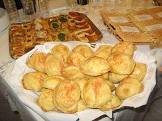 CALCIONI abruzzesi tipici di CASTEL DEL MONTE. Si tratta di un impasto di uova e formaggio pecorino di Castel del Monte, racchiusi in una sfoglia fatta con farina, acqua ed olio di oliva. Vengono cotti per circa 20 minuti in forno a 180°. Hanno un gusto inconfondibile ed inimitabile.