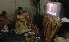 Ginevra II. Rifugiati siriani seguono in tv i colloqui di pace di Ginevra II a Sidon, sud del Libano (Reuters/Ali Hashisho)