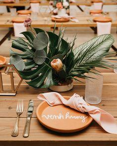 Unique Chargers That Will Upgrade Your Reception's Place Settings Wedding Arrangements, Wedding Bouquets, Flower Arrangements, Wedding Flowers, Martha Stewart Weddings, Wedding Table, Rustic Wedding, Palm Wedding, Wedding Ideas