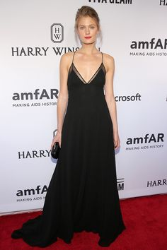 Constance Jablonski en sencillez pura La modelo Constance Jablonski en un look de vestido negro largo de tirantes delgados, para 2015 amfAR Inspiration Gala en Nueva York.