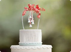 COM POTINHOS DOURADOS.  This would look very pretty on a naked cake....