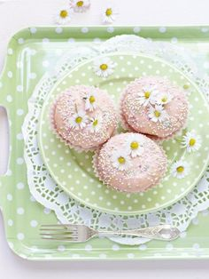 Daisy cupcakes on a pale green polka dot plate & tray Daisy Cupcakes, Pastel Cupcakes, Cupcake Cookies, Pretty Cupcakes, Elegant Cupcakes, Floral Cupcakes, Cupcake Art, Beautiful Cupcakes, Beautiful Desserts