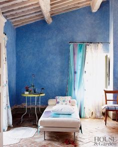 Reagan - let& do this with your new room! Tricia Guild& Tuscan home: - Telegraph Tuscan Design, Tuscan Style, Tricia Guild, Inspiration Design, Tuscan House, Mediterranean Home Decor, How To Make Curtains, Blue Rooms, Blue Walls