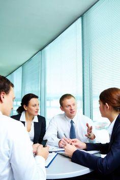 Um zu wissen, in welchem Outfit Sie am besten zu Ihrem Bewerbungsgespräch kommen, sehen Sie sich den Dresscode der Firma an, bei der Sie eingeladen sind. Arbeiten Sie eher in einem konservativen Bereich wie in Banken oder Versicherungen oder in modernen Unternehmen wie einer Design Agentur? Hier variieren die vorgeschriebenen Kleiderregeln. Im Besten Fall passen Sie direkt optisch ins Team.