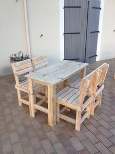 grande table et chaises Pallet table and chairs in pallet kitchen pallet outdoor project with pallet table pallet set pallet chair Shelf Furniture, Crate Furniture, Diy Pallet Furniture, Furniture Design, Sofa Design, Garden Furniture, Pallet Cabinet, Pallet Shelves, Pallet Benches
