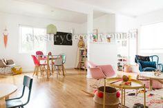 😍 En esta casa se colocó porcelanato símil madera #Roble en el piso, para combinar este tono de madera sugerimos usar varios colores plenos, a ver que te parece... 👏