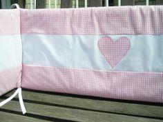 Dieses Nestchen in rosa-weißem Vichy-Karo mit appliziertem Herz ist ein idealer Schutz für kleine Säuglingsköpfchen. Passend zu der Bettwäsche, den Himmeln, Decken, Wickelauflagen und Kissen. 150 cm 30 cm.