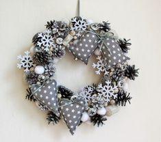 Bílo-šedý+věnec+s+šitými+ozdobami+-+věnec+ze+šišek,+bukvic,+dřeva,+plstěných+sněhových+koulí,+vloček..+-+doplněno+ručně+šitými+ozdobami+z+bavlněné+látky,+plněno+dutým+vláknem,+se+stuhami+-+průměr+33+cm Christmas Wreaths, Cheesecake, Holiday Decor, Home Decor, Christmas Garlands, Homemade Home Decor, Holiday Burlap Wreath, Cheesecakes, Decoration Home