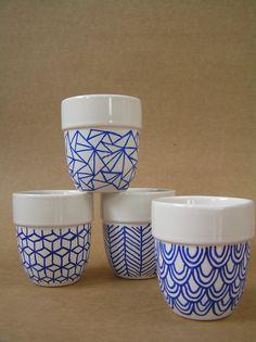 geometrische vormen Pottery Painting, Ceramic Painting, Ceramic Art, Ceramic Plates, Ceramic Pottery, Crackpot Café, Diy Becher, Sharpie Crafts, Diy Mugs