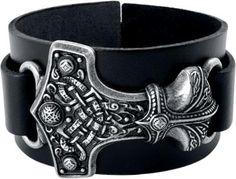 """#Bracciale in pelle nera """"Thor's Hammer"""" di #AlchemyGothic con elemento decorativo a forma di martello di Thor in peltro senza nickel. Larghezza: 3,5 cm . Lunghezza: 18,5-23,5 cm, regolabile. Larghezza decorazione: 4 cm. Lunghezza decorazione: 6 cm."""