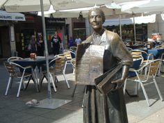 Càceres, su vendedora de periodicos. Statues, Cities
