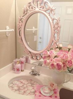 Is that oval mirror right on top of the standard bathroom mirror??  Oooh, the possibilities!