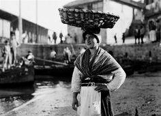 Año 1915,mujer vendedora de pescado en Marin,Pontevedra.