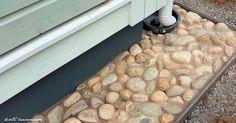 Helppo kiveyksen saumaus:  kuivabetoni lapioidaan ja harjataan kivien väleihin, kastellaan letkulla, annetaan kuivua.