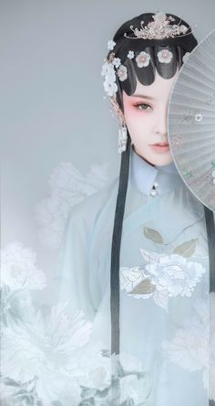 Traditional Gowns, Traditional Fashion, Chinese Opera, Chinese Art, Chinese Makeup, Geisha Art, Beautiful Japanese Girl, Beautiful Fantasy Art, Japanese Geisha