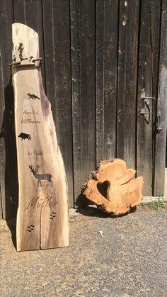 Geburtstagsgeschenk für einen Jägersmann. Ein eldes Stück Nussbaum wurde mit Jagdmotiven versehen. Hierbei wurde der Fuchs, das Wildschwein und der Hirsch aus dem Brett herausgearbeitet, der Jägel als Negativ und Highlight des Brettes wieder aufgesetzt. Durch Brandmalerei wurde das Brett auf die Jägersfamilie personalisiert.