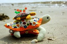Free pattern and tutorial for turtle sewing kit. The pattern could easily be adjusted to make a turtle plushie (cute gift idea) if you didn't want to make it a sewing kit. Sewing Patterns Free, Free Sewing, Free Pattern, Sewing Kits, Sewing Hacks, Sewing Tutorials, Fabric Crafts, Sewing Crafts, Pincushion Tutorial