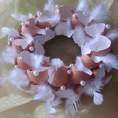 bruine eierschalen met parelkraaltjes en witte veertjes velikonoce brown eggshells with pearls and w Easter Wreaths, Christmas Wreaths, Christmas Crafts, Egg Carton Crafts, Easter Table Decorations, Egg Art, Easter Holidays, Egg Decorating, Easter Party