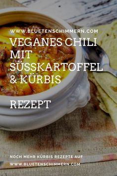 Ein Veganes Chili mit Süßkartoffeln und Kürbis passt perfekt zum kühlen Herbst! Das leckere Kürbis Rezept verzaubert groß und klein, und ist auch noch gesund! Was ist dein liebstes Süßkartoffel Rezept oder Kürbis Rezept? Verwendest du lieber Butternut Kürbis oder Hokkaido Kürbis? Noch mehr vegane Rezept findest du auf Bluetenschimmern. #kürbis #rezept #vegan #chili #süßkartoffel