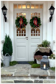 home Outside Christmas Decorations, Christmas Porch, Very Merry Christmas, Outdoor Christmas, Simple Christmas, Christmas Lights, Christmas Carol, Holiday Decor, Christmas Feeling