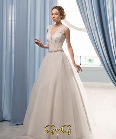 4d102ff555 Con un corset bellísimo de encaje y un diseño muy actual se presenta el  vestido Celine