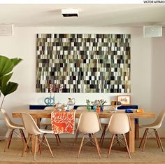 Na sala de jantar, o tapete deve ser grande o bastante para acomodar as cadeiras por completo, com ou sem pessoas sentadas. Projeto da arquiteta Bruna Riscali.