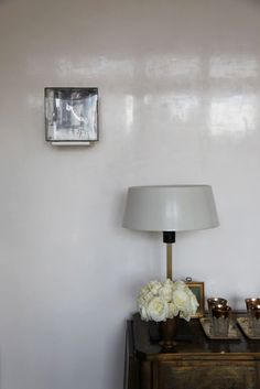 A Shining Example for Walls: Luxe Lacquer & Polished Plaster polished plaster. A Shining Example for Walls: Luxe Lacquer & Polished Plaster Venetian Plaster Walls, Polished Plaster, Stucco Walls, Stucco Interior Walls, Tadelakt, Wall Finishes, Wall Wallpaper, Cover Wallpaper, Wall Treatments