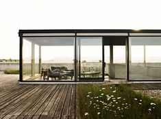 Modern sun room with exterior garden. Container House expand your concept of living. Architecture Unique, Interior Architecture, Office Interior Design, Interior And Exterior, Interior Ideas, Cube Mural, Tyni House, Open House, Studio Decor