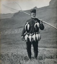 Nordic Thoughts Hans Pauli Hansen catching pufffins on the island Mykines, the Faroe Islands, 1934 Photos by Alwin Pedersen Old Pictures, Old Photos, Vintage Photos, Faroe Islands, European History, Places Of Interest, Finland, Vintage Men, Norway