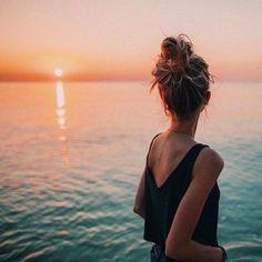 Beach photography ideas, summer photography, photo ideas for summer Shotting Photo, Insta Photo Ideas, Insta Ideas, Beach Poses By Yourself Photo Ideas, Belle Photo, Summer Vibes, Summer Beach, Summer Glow, Summer Sunset