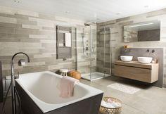 Deze uitdagende badkamer is echt anders dan anders. Het lef spat er vanaf! Dat is al direct te zien aan de robuuste uitstraling van betonstuc in combinatie met de uitgesproken trendy wand- en vloertegels.