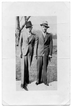 Photograph of Clyde Champion Barrow, left, and Raymond Hamilton. Both men are wearing suits and hats. Bonnie And Clyde Photos, Bonnie Clyde, Famous Outlaws, Elizabeth Parker, Bonnie Parker, Bank Robber, Texas History, Historical Photos, Good Movies