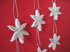 Vánoční+ozdoby+Sada+6+ks+Vánoční+hvězdičky+jsou+vyrobeny+z+lesklého+papíru,+doplněny+bílým+kamínkem+na+obou+stranách.+Vhodné+jako+vánoční+ozdoba.+Barva:+bílá+Velikost:+4+cm+ Quilling, Snowflakes, Christmas Ornaments, Holiday Decor, Bedspreads, Snow Flakes, Christmas Jewelry, Christmas Decorations, Quilting